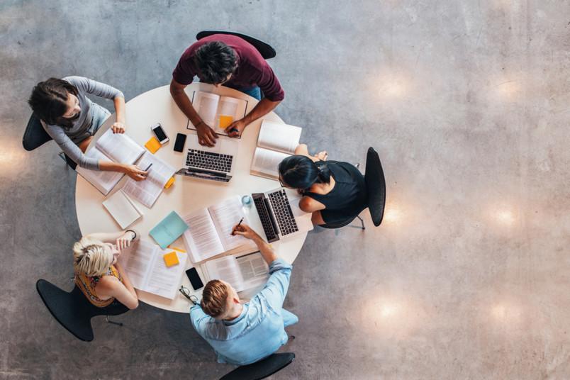 Studierende lernen an einem Tisch.