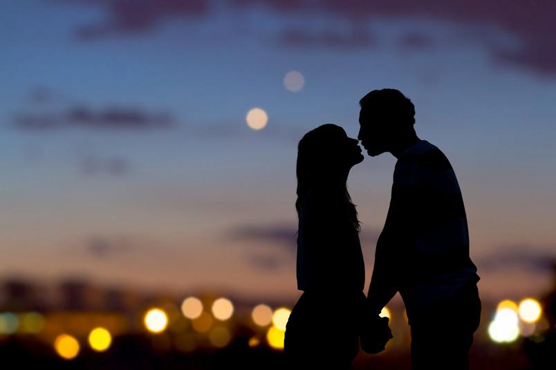 Frau und Mann beim Kuss