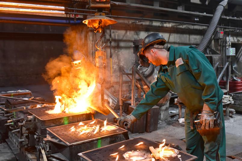 Arbeiter in einer Gießerei
