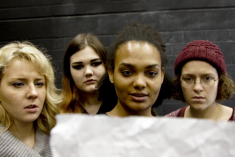 Szene aus einem Theaterstück mit jungen Schauspielerinnen