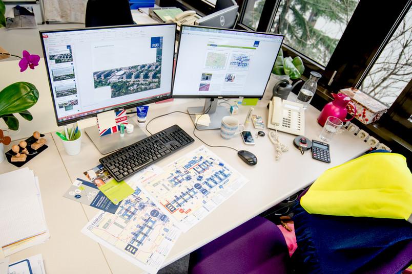 Ein Schreibtisch mit zwei Bildschirmen