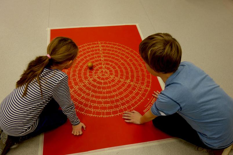 <div> Beim Cusanos-Spiel können Kinder die Grundzüge der Philosphie kennenlernen.</div>
