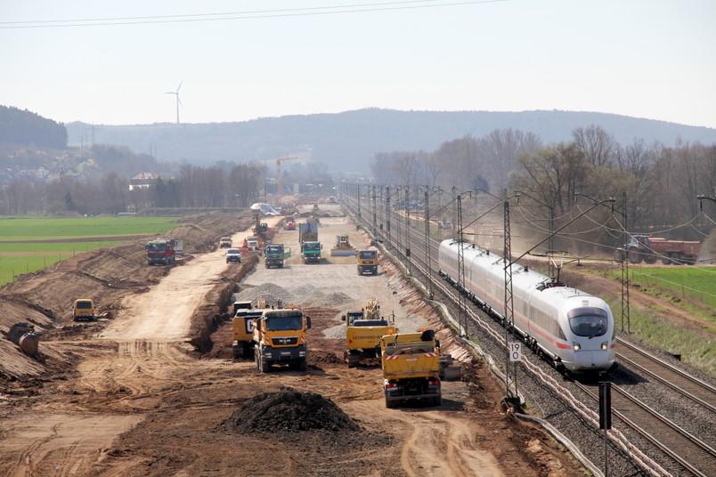 Baustelle neben Bahngleisen