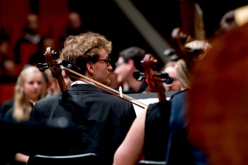 Musiker und Musikinstrumente vor einem Konzert