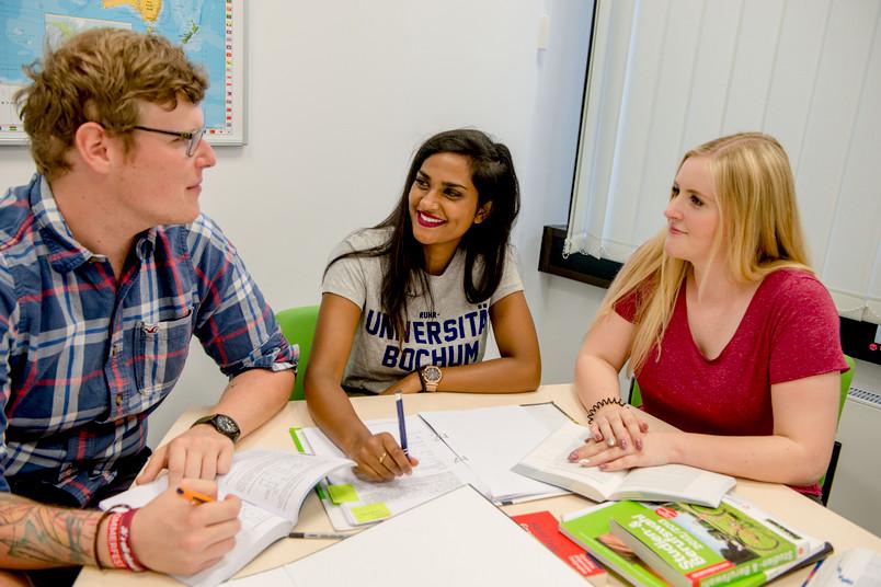 Lernsituation mit drei Studierenden
