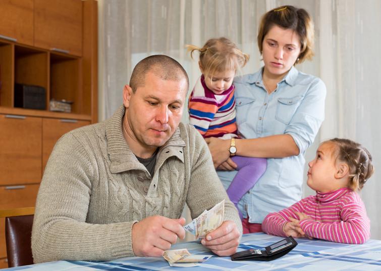 Familie zählt Geld.