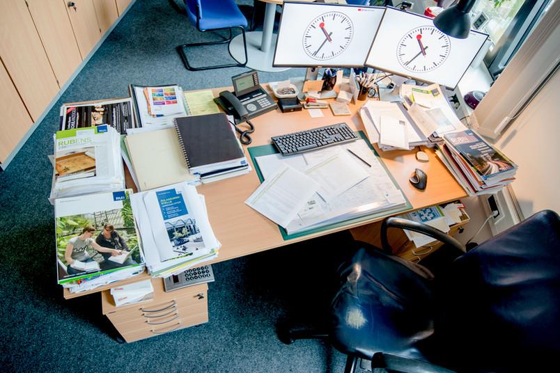 Schreibtisch mit zwei Computerbildschirmen