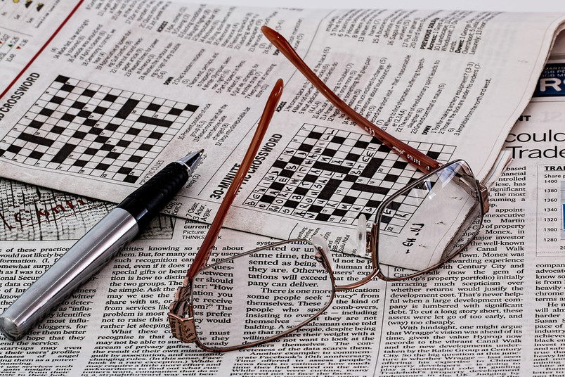 Zeitung mit Brille