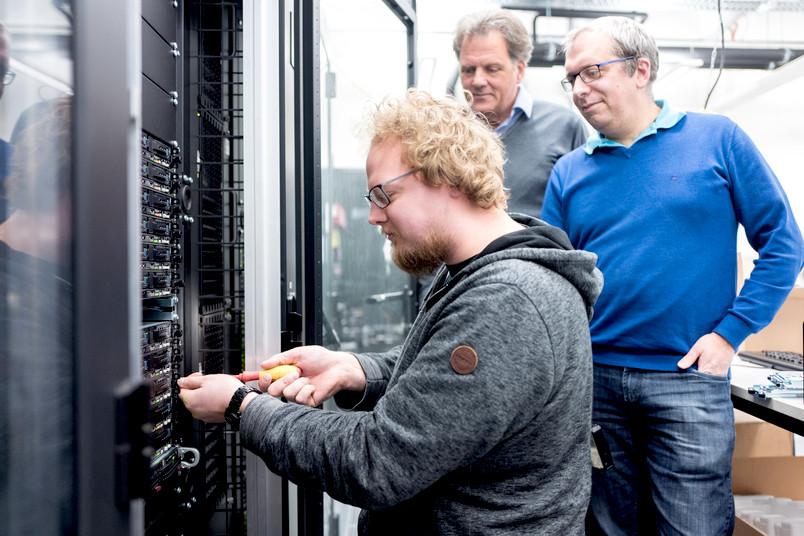 Forscher am Rechnerschrank