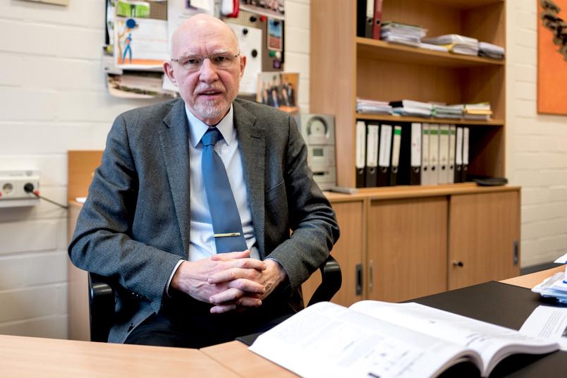 60-jähriger Mann sitzt am Schreibtisch