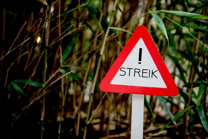 Schild auf dem Streik steht.
