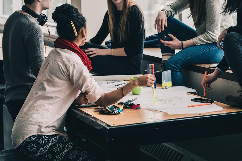 Studierende lernen gemeinsam.