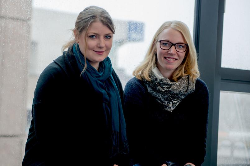 <div> Janine Freimund (links) und Vanessa Werner beraten Studieninteressierte ohne Abitur.</div>