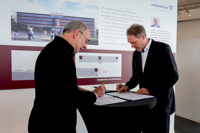 <div> Unterzeichnen den Vertrag vor Ort: Norbert Hermanns, Vorstandsvorsitzender des Unternehmens Landmarken, und Axel Schölmerich, Rektor der RUB (von links)</div>