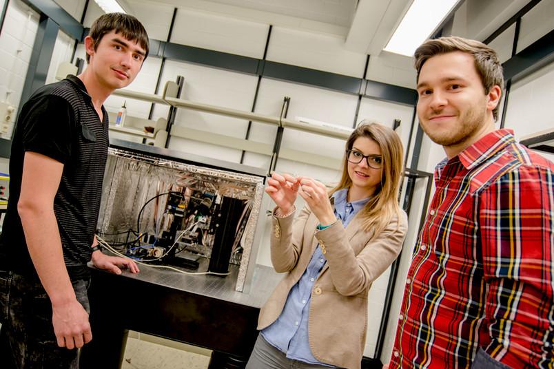 Drei junge Forscher im Labor