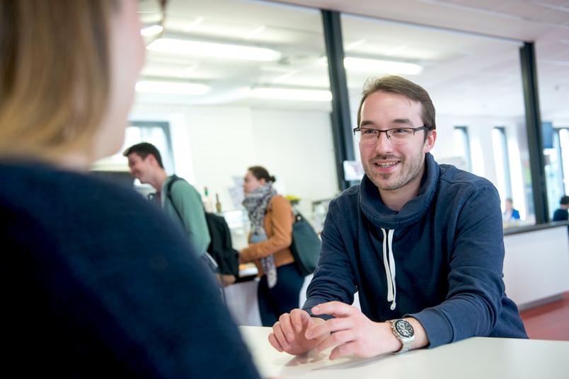<div> Cedric Rosenski studiert Wirtschaftspsychologie und ist Stipendiat der Studienstiftung des deutschen Volkes.</div>
