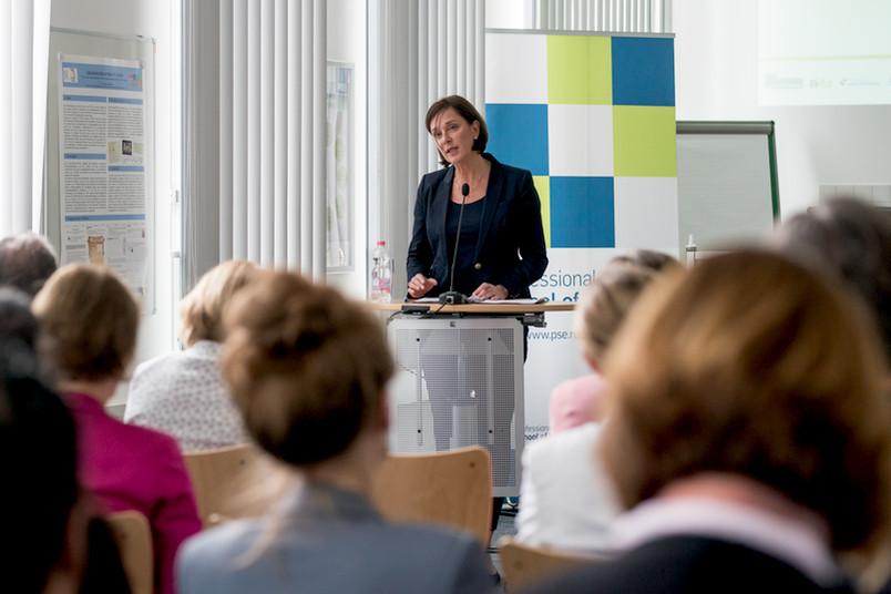 <div> NRW-Schulministerin Yvonne Gebauer freut sich über die zukünftigen neuen Lehrer.</div>