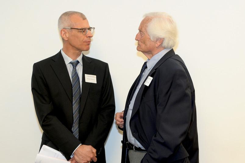 Michael Rothermel, heutiger Geschäftsführer der Akademie der RUB (links), und Altrektor Knut Ipsen