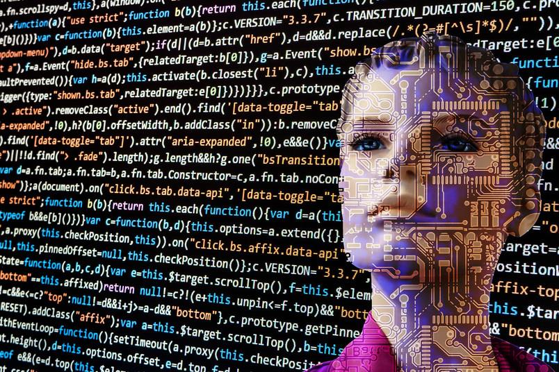 Roboterfrau vor vielen Zahlen, Formeln