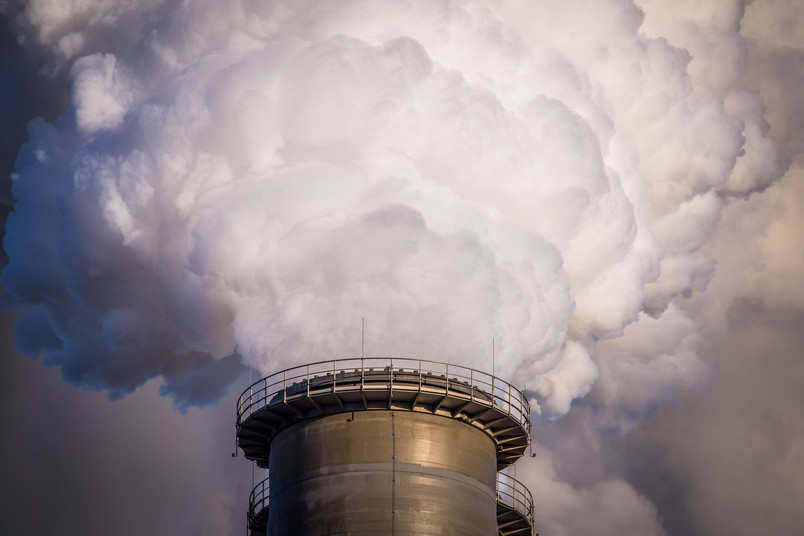 Industrieschornstein mit Rauchwolke