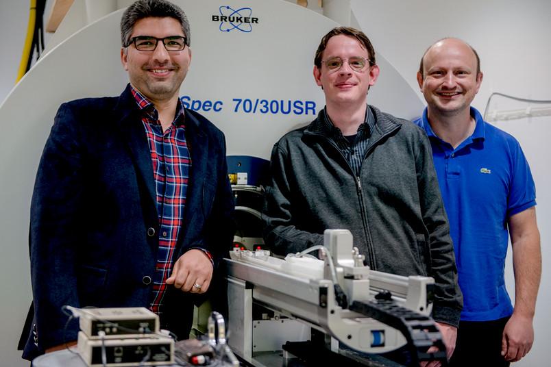 Drei Forscher vor dem Kleintierscanner