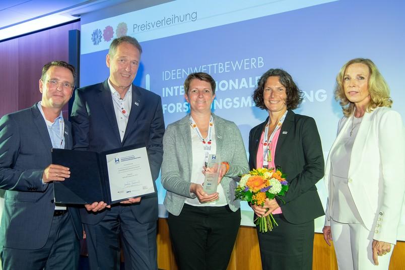 Die Delegation der Universitätsallianz Ruhr mit Hans Stallmann, Axel Schölmerich, Marion Franke und Christiane Wüllner hat in Berlin den Preis von Dorothee Dzwonnek, Generalsekretärin der Deutschen Forschungsgemeinschaft, entgegengenommen (von links).