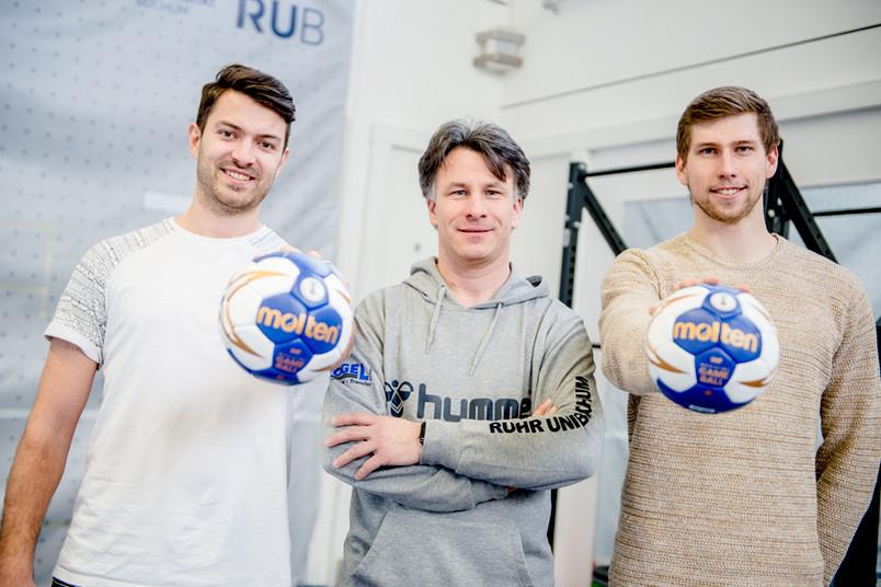 Drei Männer mit Handbällen