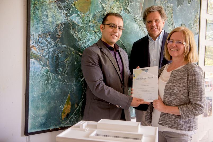 <div> Preisträger Yosef Hesham, Lehrstuhlleiter Klaus Gerwert und Karin Hollricher von der Firma Witec (von links)</div>