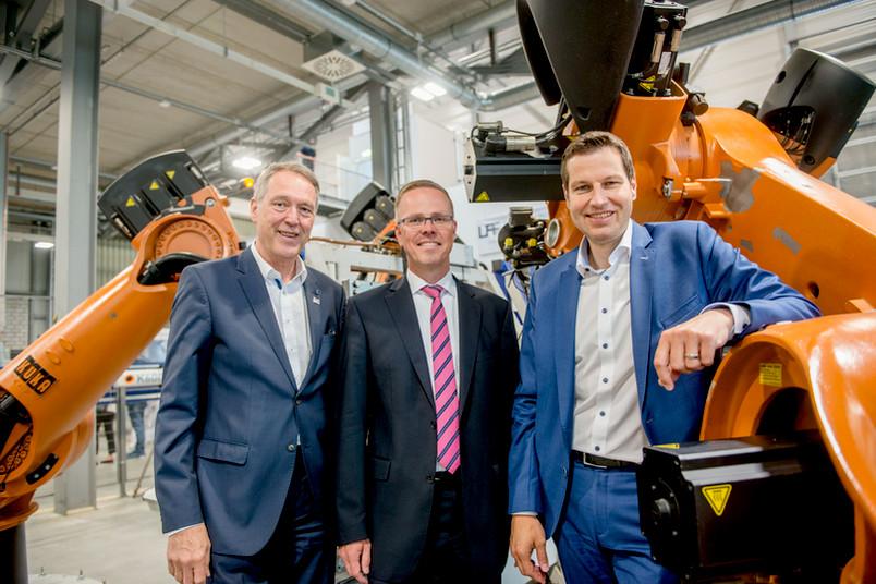 Rektor Axel Schölmerich, Bernd Kuhlenkötter und Oberbürgermeister Thomas Eiskirch (von links) in der Lern- und Forschungsfabrik der RUB