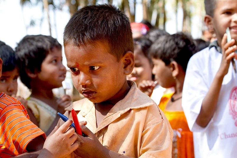 Kinder mit Kugelschreibern in der Hand