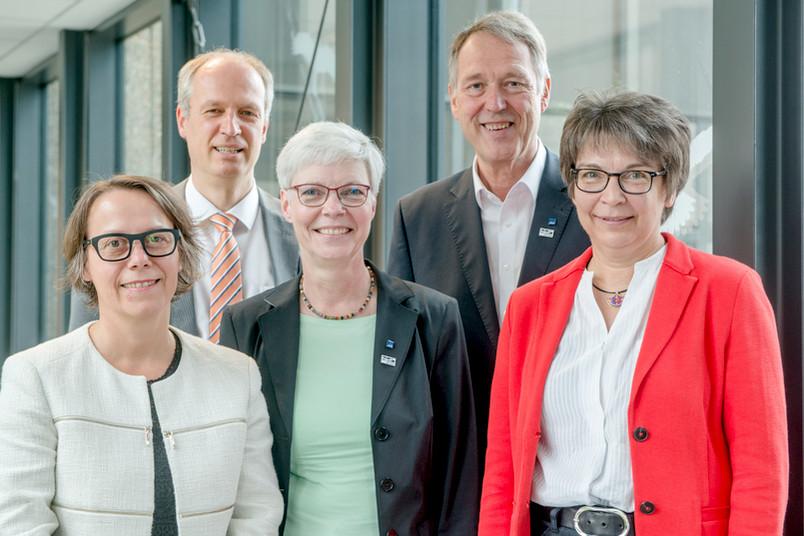 Gruppenbild des Rektorats (von links): Dr. Christina Reinhardt, Prof. Dr. Andreas Ostendorf, Prof. Dr. Kornelia Freitag, Prof. Dr. Axel Schölmerich und Prof. Dr. Uta Hohn