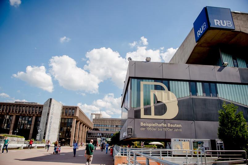 Gelabelt: Die gelben Buchstaben finden sich an drei Gebäuden der RUB, augezeichnet wurde jedoch der gesamte Campus als beispielhaft für die Boomjahre.