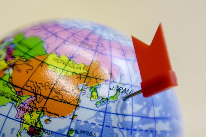 Globus mit kleinem Fähnchen neben Japan