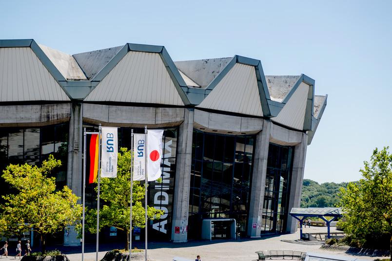 Flaggen Japan, RUB und Deutschland auf dem Campus