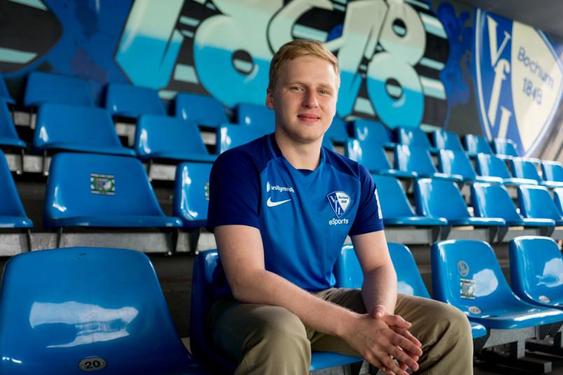 E-Sport-Profi sitzt im Statdion.