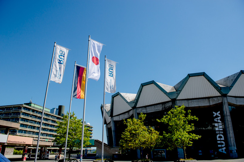 Die Flaggen Japans und Deutschlands wehen anlässlich der ersten International Science Days auf dem Campus der Ruhr-Universität Bochum - hier vor dem Audimax.