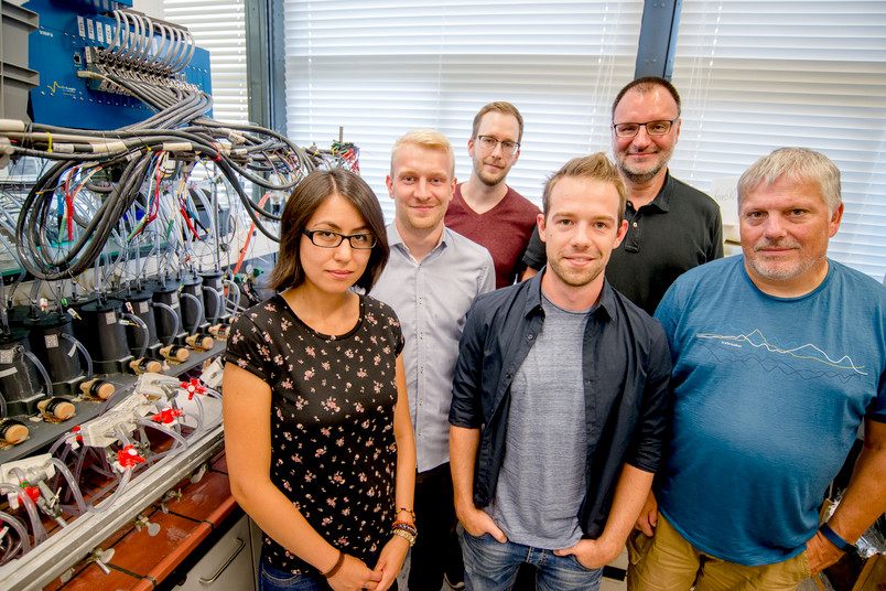 Dulce Morales, Steffen Cychy, Stefan Barwe, Dennis Hiltrop, Martin Muhler und Wolfgang Schuhmann im Labor
