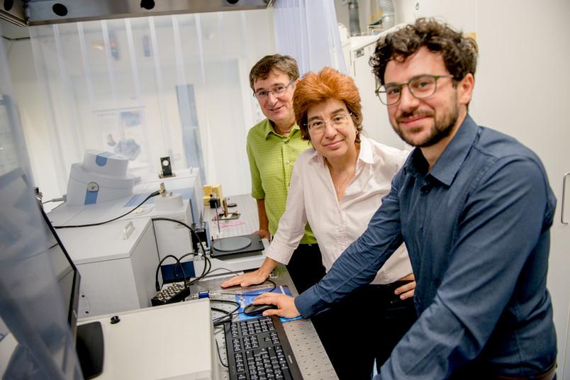 Gerhard Schwaab, Martina Havenith und Federico Sebastiani stehen im Labor