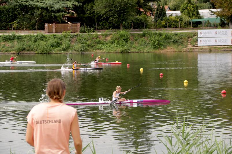 Kanufahrerinnen auf einem Fluss