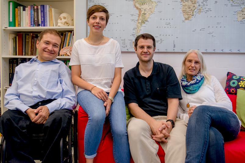 Vier Forscher auf einem Sofa