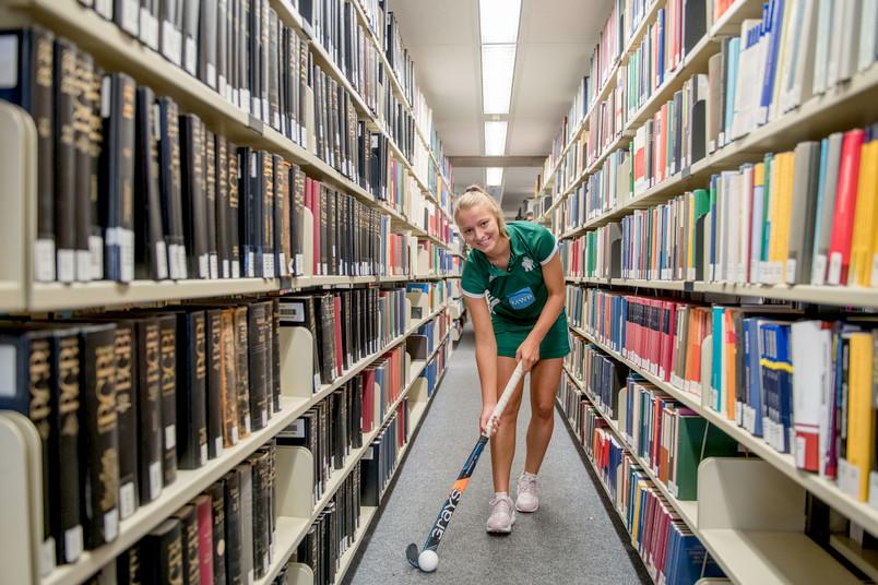 Hockeyspielerin in der Bibliothek