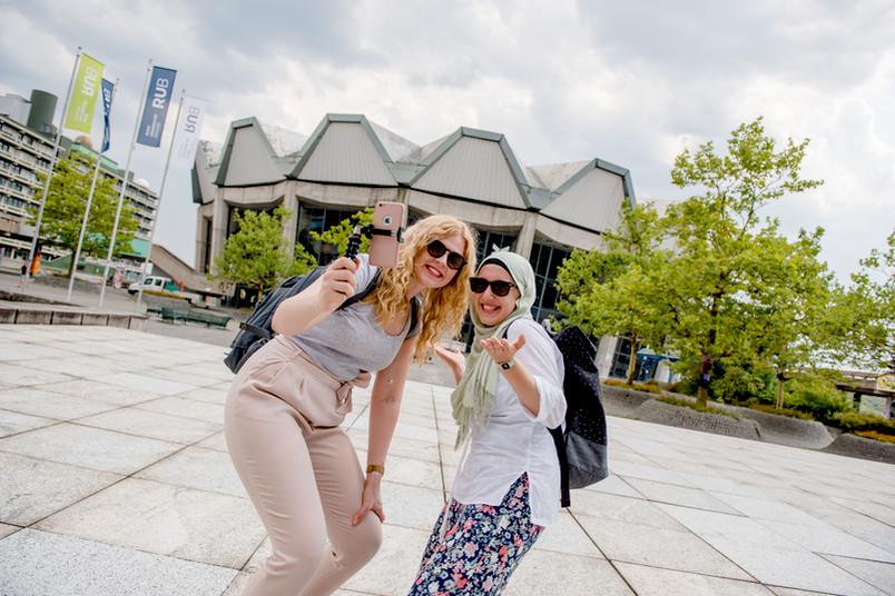 Zwei Studentinnen vor dem Audimax