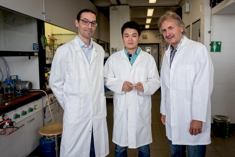 Drei Chemiker im Labor