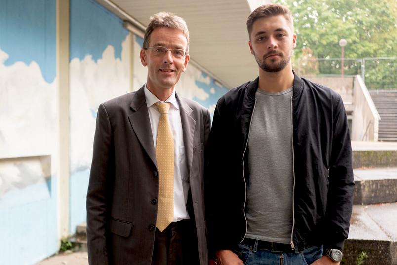 Zwei Männer stehen nebeneinander.