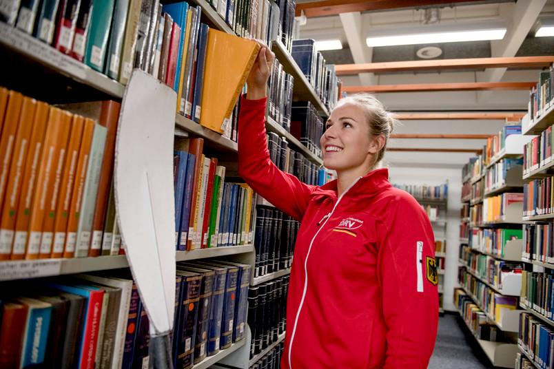 Rudererin in Bibliothek