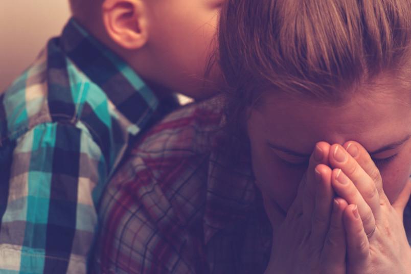 Weinende Mutter mit Kind