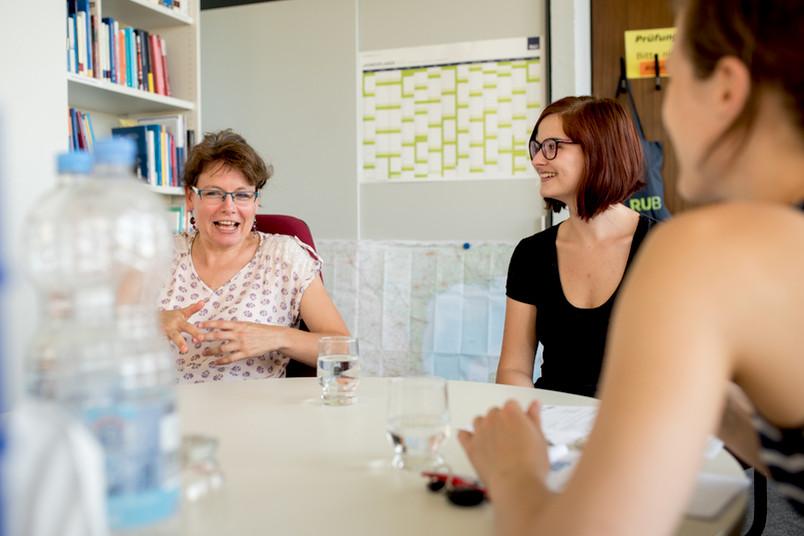 Professorin und Studentin führen ein Gespräch.