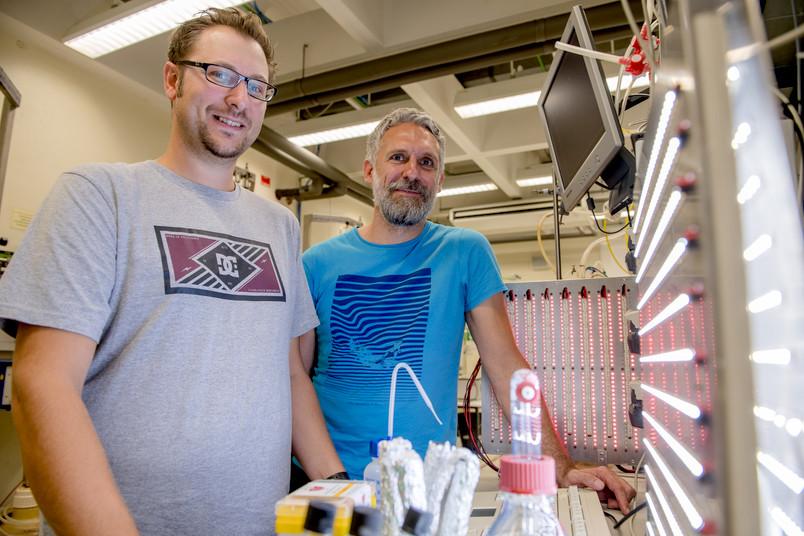 Marc Nowaczyk und Adrian Ruff im Labor
