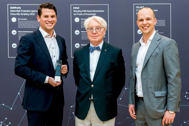 Die Geschäftsführer von Physec, Christian Zenger (links) und Heiko Koepke, zusammen mit dem Stifter Horst Görtz (Mitte).