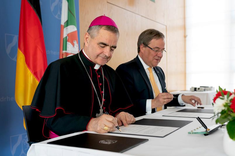 Erzbischof Nikola Eterović (links) und Ministerpräsident Armin Laschet bei der Unterzeichnung der diplomatischen Noten in Düsseldorf.